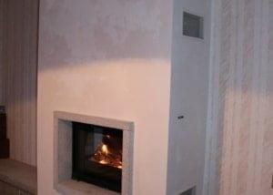 Cheminée avec cadre en granit et foyer chaudière 695 CH sur sole foyère en granit