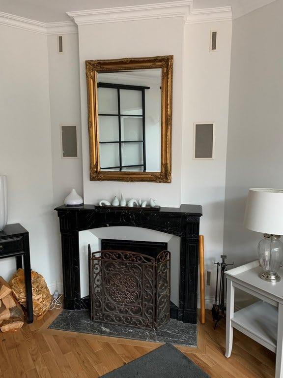 Cheminée marbre avec cadre acier blanc et foyer 778 PR
